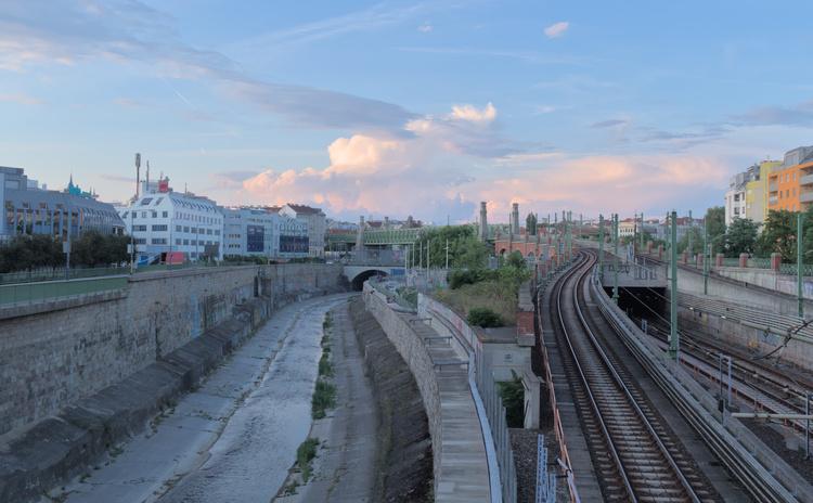 Canales y vías del tren al atardecer en Viena.