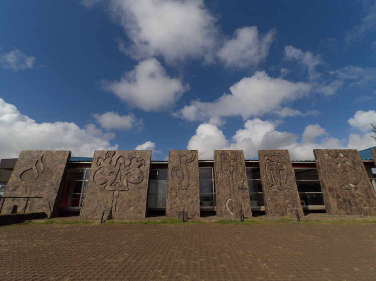 Some of the buildings, inclusing banks, take inspiration in Rapa Nui symbology.