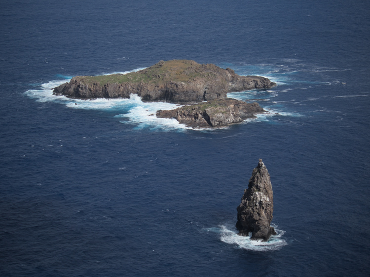Moui nui is the biggest of the three islets nearby Oringo.